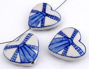 www.beadyourfashion.de - Porzellan Perlen Herzen verziert mit Mühle ± 26x28 (± 7mm dick) (Loch ± 1,5mm)