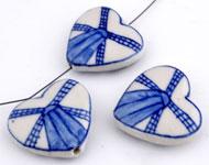 Porseleinen kralen hartje versierd met molen ± 26x28 (± 7mm dik) (gat ± 1,5mm)