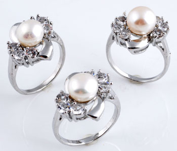 www.beadyourfashion.com - Metal fingerring with freshwater pearl and cubic zirconia ± 31x22mm (inner size ± 20mm)