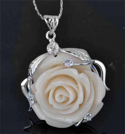 www.beadyourfashion.com - Metal pendant with cubic zirconia and rose of natural stone coral (20%) with synthetic material (80%) rose ± 54x42mm