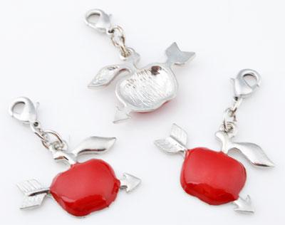 www.beadyourfashion.nl - Metalen hangers/bedels appel met pijl met epoxy ± 40x28mm, met slotje/sluiting ± 12x7mm