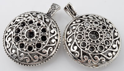 www.beadyourfashion.com - Metal pendant/charm round decorated ± 56x44mm, eye can be opened, with settings for SWAROVSKI ELEMENTS 1028/1088 SS34 (± 7,2mm) and 1028/1088 PP32 (± 4mm) pointed backs