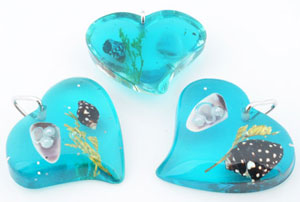 www.beadyourfashion.com - Synthetic pendants/charms heart with glitter, sea life and metal pendant bail ± 39x36mm, ± 10mm thick