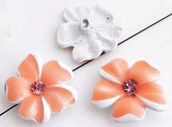 www.beadyourfashion.nl - Metalen kralen bloem versierd met epoxy, strass, glitters en met gat aan de achterkant ± 25x23mm, ± 6mm dik