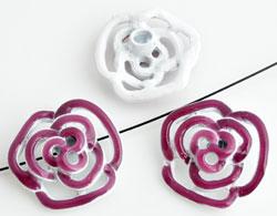 www.beadyourfashion.nl - Metalen kralen roosje versierd met epoxy, met gat aan de achterkant ± 20x19mm, ± 6,5mm dik