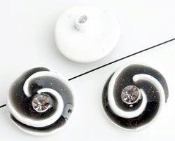 www.beadyourfashion.nl - Metalen kralen rond versierd met epoxy, strass, glitters en met gat aan de achterkant ± 20mm, ± 8mm dik