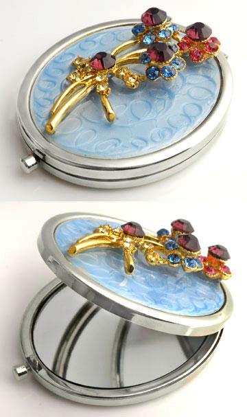www.beadyourfashion.nl - Metalen zakspiegel met twee spiegels (1x normaal en 1x vergrotend) versierd met bloemen, epoxy en strass ± 77x59mm