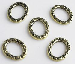 www.beadyourfashion.nl - Metalen ringen plat ovaal bewerkt ± 15x12mm, ± 2mm dik