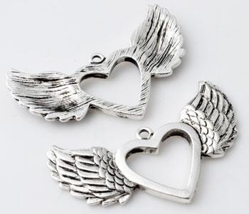 www.beadyourfashion.nl - Metalen hanger/bedel hartje met vleugels bewerkt ± 49x29mm