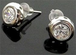 www.beadyourfashion.nl - 925 Zilveren oorstekers (sterling silver), rond met zirkonia ± 9mm, ± 15mm lang, met kunststof dopjes