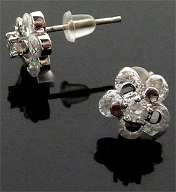 www.beadyourfashion.nl - 925 Zilveren oorstekers (sterling silver), bloem met zirkonia ± 8mm, ± 16mm lang, met kunststof dopjes
