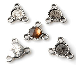www.beadyourfashion.com - Metal pendants/connectors decorated with 3 eyes ± 14mm with setting for SWAROVSKI ELEMENTS 2058 SS34 (± 7mm) flat back