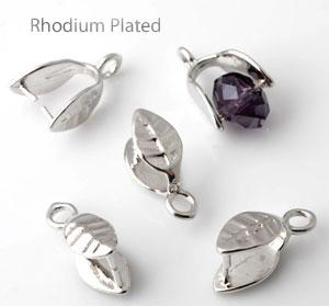 www.beadyourfashion.nl - Brass klemmetje (messing) rhodium plated bewerkt met blaadje ± 14x8mm