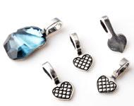 Metalen hangers/bedels hartje bewerkt, met groot gat ± 19x9mm (gat ± 7x4mm) voor steen met platte achterkant (geschikt voor SWAROVSKI ELEMENTS 4787 ± 19x13mm)