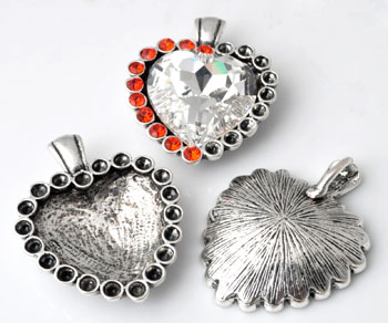 www.beadyourfashion.nl - Metalen hanger/bedel hartje bewerkt ± 48x38mm met kastjes voor SWAROVSKI ELEMENTS 4827 ± 28mm Fancy Stone en 1028/1088 PP32 (± 4mm) similistenen
