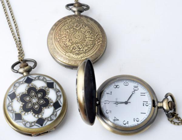 www.beadyourfashion.nl - Metalen halsketting ± 77cm met klokje/horloge bewerkt met glitters ± 64x46mm