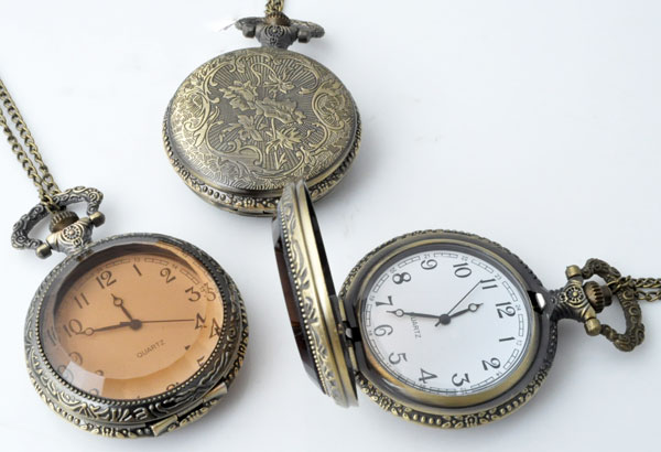 www.beadyourfashion.nl - Metalen halsketting ± 77cm met klokje/horloge bewerkt ± 68x46mm