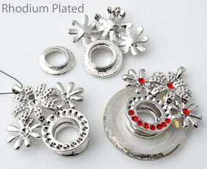 www.beadyourfashion.nl - Metalen hanger/bedel rhodium plated met bloemen ± 47x42mm, moet gelijmd worden, kastjes voor SWAROVSKI ELEMENTS 6039 (± 38x5,5mm), 1028/1088 PP9 (± 1,5mm) (64x), PP24 (± 3,1mm) (18x) en PP32 (± 4mm)