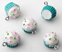 www.beadyourfashion.nl - Kunststof hangers/bedels cupcake met metalen oogje ± 20x19mm