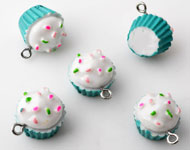 Synthetic pendants/charms cupcake with metal eye ± 20x19mm