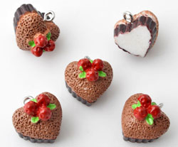 www.beadyourfashion.com - Synthetic pendants/charms heart-shaped pie with metal eye ± 15mm