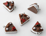 Synthetic pendants/charms wedge of cake with metal eye ± 16x9mm