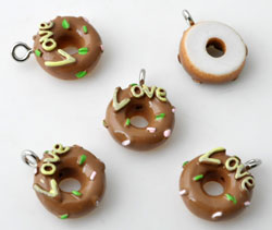 www.beadyourfashion.com - Synthetic pendants/charms donut with 'love' and metal eye ± 17x13mm