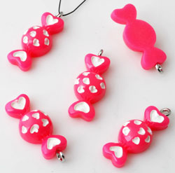 www.beadyourfashion.com - Synthetic pendants/charms candy decorated with hearts and with metal eye ± 26x10mm