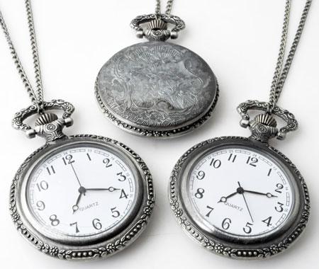 www.beadyourfashion.nl - Metalen halsketting ± 75cm met klokje/horloge bewerkt ± 68x47mm