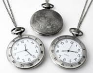 Collar de metal ± 75cm con reloj decorado con números romanos ± 64x47mm