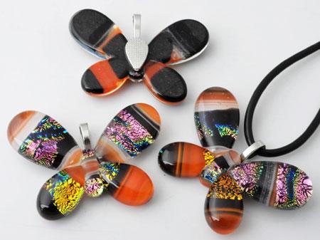 www.beadyourfashion.nl - Glas hanger/bedel Italian style vlinder, met zilverfolie en metalen oogje ± 45x34mm