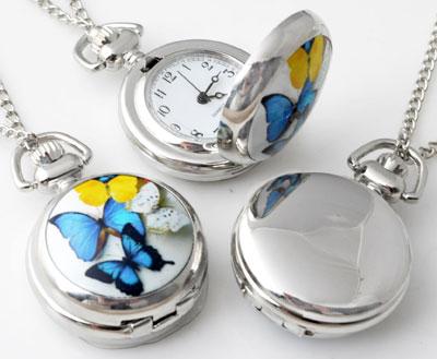 www.beadyourfashion.nl - Metalen halsketting ± 77cm met klokje/horloge versierd met keramiek met vlinders ± 43x29mm