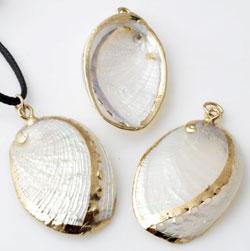 www.beadyourfashion.com - Shell pendant/charm with nice lustre ± 33x20 - 40x23mm (hole ± 4mm)