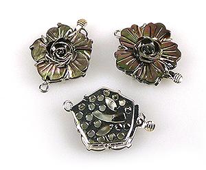 www.beadyourfashion.nl - Brass slotje/sluiting (messing) versierd met bloem van parelmoer, met 2 oogjes ± 29x22mm (oogje ± 2mm)