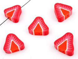 www.beadyourfashion.com - Polymer clay bead flat triangle fruit strawberry ± 14mm, ± 5mm thick (hole ± 2mm)