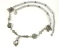 DoubleBeads Schmuckpaket Misty Grey Halskette ± 53-59cm mit SWAROVSKI ELEMENTS Perlen, Anhänger Herz und diversen Materialien (u.a. Naturstein, 925er Silber Collierschlaufe und Metall Kettelstifte)