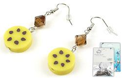 www.beadyourfashion.nl - DoubleBeads Mini Sieradenpakket oorbellen ± 5cm met SWAROVSKI ELEMENTS kralen en polymeerklei hangers/bedels schijfje banaan